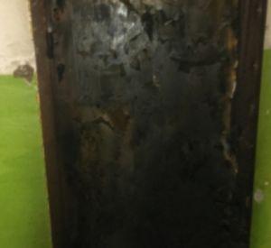 Огонь повредил входную дверь квартиры