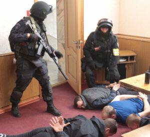 Правоохранители арестовали банду подпольных банкиров (фото, видео)
