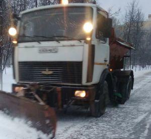 Коммунальщики вышли на борьбу со снегом и наледью