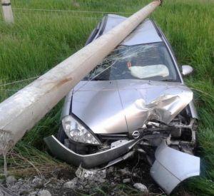 """Водитель """"поцеловал"""" столб и скрылся с места аварии"""
