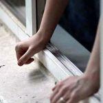 В Смоленской области женщина выпала из окна во время мытья окон