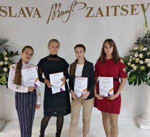 В Доме моды Вячеслава Зайцева показали костюмы по эскизам смоленских школьниц