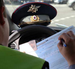Инспектор ГИБДД отказался от взятки, предложенной нелегалами