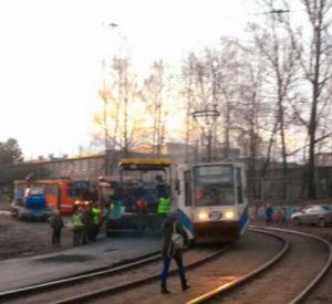 В Смоленске столкнулись асфальтоукладчик и трамвай