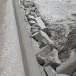 Вандалы разворотили бордюры на пешеходной зоне