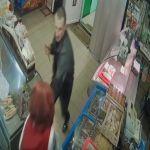 В Смоленской области нападение с ножом на продавца попало на видео