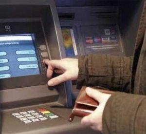 Обналичившая найденную кредитку женщина ответит за кражу