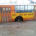 Суровые ямы Смоленска остановили троллейбус