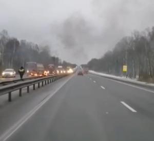 Под Смоленском на М1 перевернулся и загорелся автомобиль (видео)