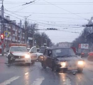 В областном центре на перекрестке трех дорог аварийный комиссар попал в аварию
