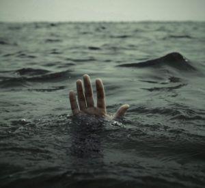 Пенсионер пострадал, свалившись с высоты в реку