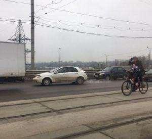 Видео: Велосипедистка снова подвергает опасности жизнь ребенка