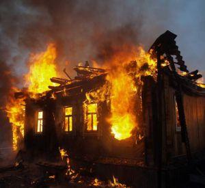 Огнеборцы тушили бревенчатый дом под Смоленском