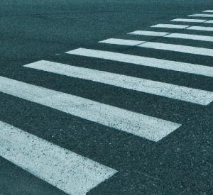Видео: Невнимательность пешехода и водителя едва не стала причиной трагедии
