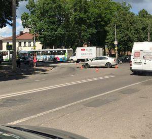 В центре Смоленска столкнулись две иномарки