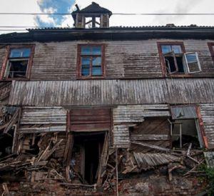 Видео: Ветхие бараки на улице Шевченко начали демонтировать