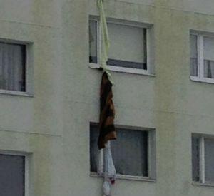 Видео: Дети залезли через окно в квартиру, используя связанные простыни