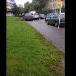 Торопливый водитель объехал пробку по тротуару (видео)