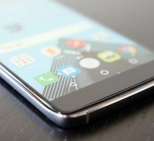 74-летняя старушка украла дорогой мобильник