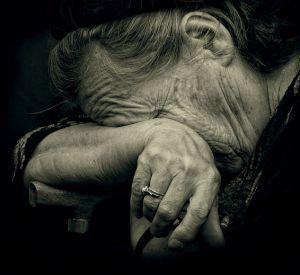 Нечестный помощник обокрал беспомощную старушку
