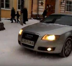 Видео: Наглец на «Audi» рассекает по пешеходной улице