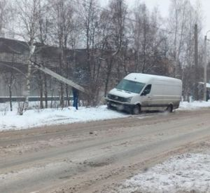 Микроавтобус снес бетонный столб