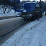 Водитель грузовика растерял металлические трубы