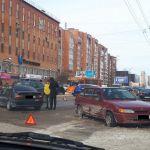 В Смоленске столкнулись сразу три автомобиля