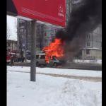 Видео: Полыхающая маршрутка остановила движение