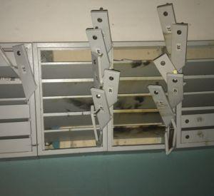 Неизвестные вандалы разломали почтовые ящики
