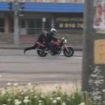 Видео: Мотоциклист с ветерком прокатил сотрудника ГИБДД