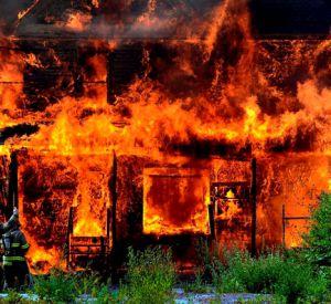 41-летнюю смолянку огнеборцы вытащили из горящего дома
