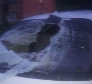Неизвестные хулиганы крушат припаркованные автомобили