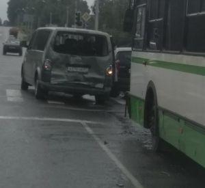 В Смоленске автобус протаранил минивэн