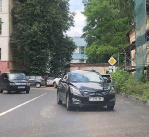 Приезжий решил припарковать свой автомобиль на полосе встречного движения