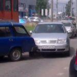 Момент столкновения четырех машин и трамвая попал на видео