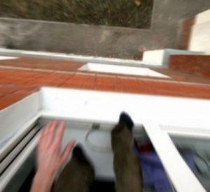 Мужчины выбросили из окна смолянку