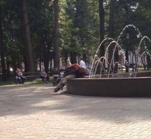 Видео: Бомж принял водные процедуры в фонтане парка Блонье