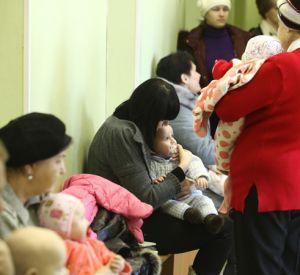 Хирург выпроводил за дверь мать с грудным малышом
