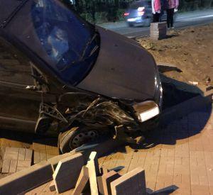 В Смоленской области иномарка вылетела на набережную, едва не сбив двух пешеходов