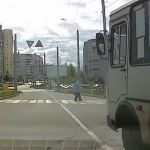 Видео: Водитель автобуса едва не задавил старушку