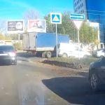 Наглый водитель грузовика повредил машины и скрылся с места ДТП (видео)