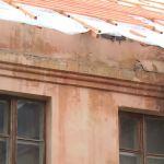 Ремонт крыши в нескольких домах решили проводить в период ливней (видео)