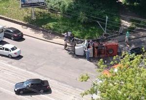 В Смоленске у католического костела перевернулся мусоровоз