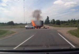 Смоленский энергетик, рискуя жизнью, вытащил водителя из горящего авто