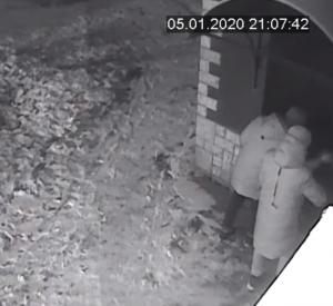 Хулиганы, испортившие дверь, попали на камеру наружного наблюдения (видео)