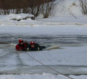 Двое смолян спасли тонущего рыбака