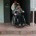 Соседи не разрешили инвалиду установить в подъезде пандус