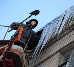 Смоленские коммунальщики вышли на борьбу с сосульками