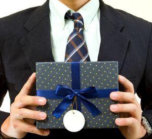 Законодатели создадут список подарков для чиновников